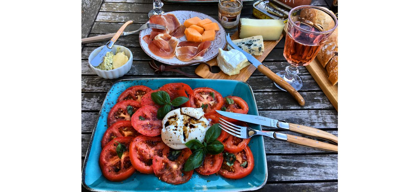 Couverts de table Jean Dubost Laguiole olivier faits en France, Crédit photo Regina Kochenausliebe, TOMATES MOZZARELLA